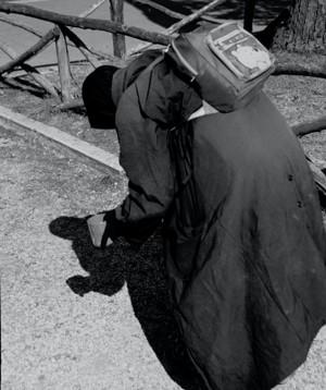 街头穿着黑色袍子的人