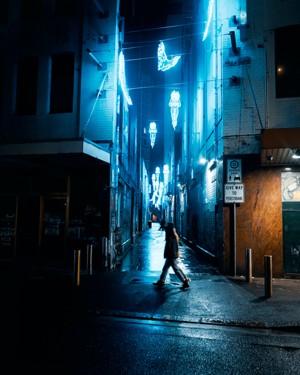 蓝色灯光掩映的街头小巷