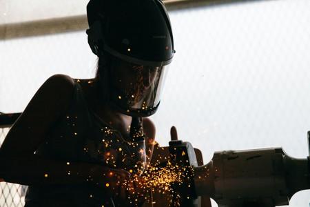 正在焊接的男人