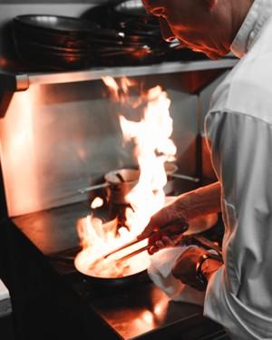 煎锅里窜起的火苗