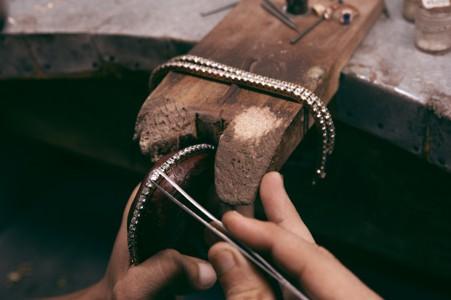 打造珠宝项链的手艺人