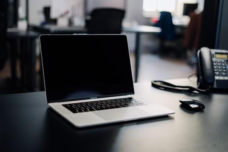 白色桌子上的macbook pro