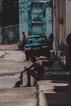 古巴哈瓦那街头带着狗的女人