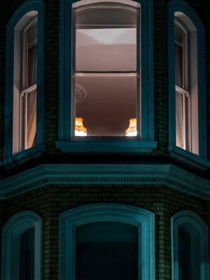 玻璃窗内明亮的灯光