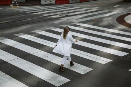 斑马线上行走的女人