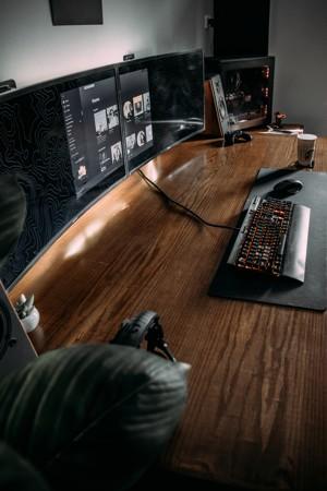 木桌上的电脑和键盘