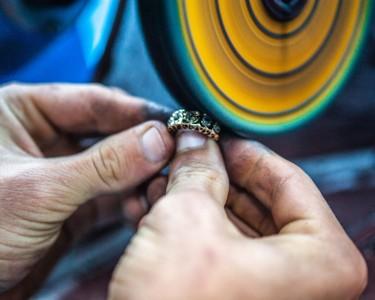 打造镶钻戒指的手艺人
