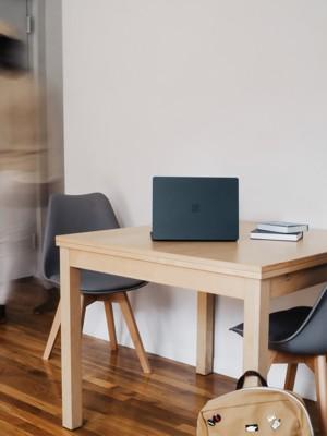 木制桌子上的微软surface笔记本电脑