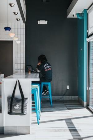 咖啡馆角落里的男人