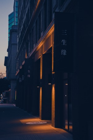 暮色下的街道建筑