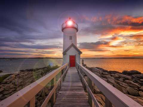 夕阳下的海岸灯塔景观