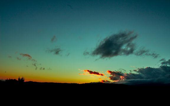 残阳笼罩的天空
