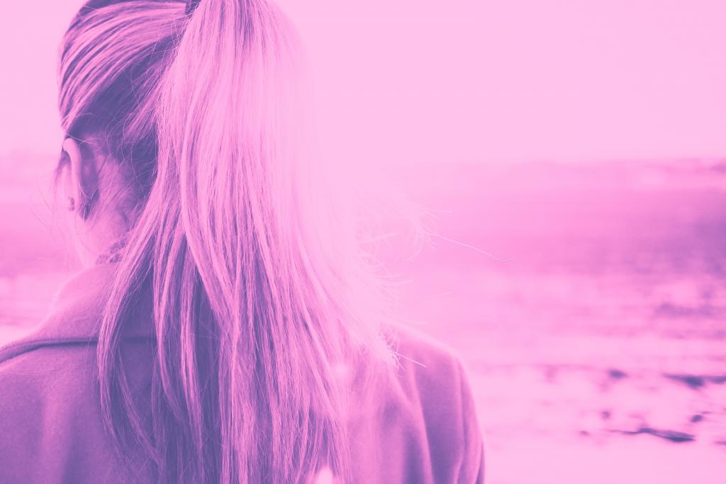 女孩在紫罗兰色duotone回转