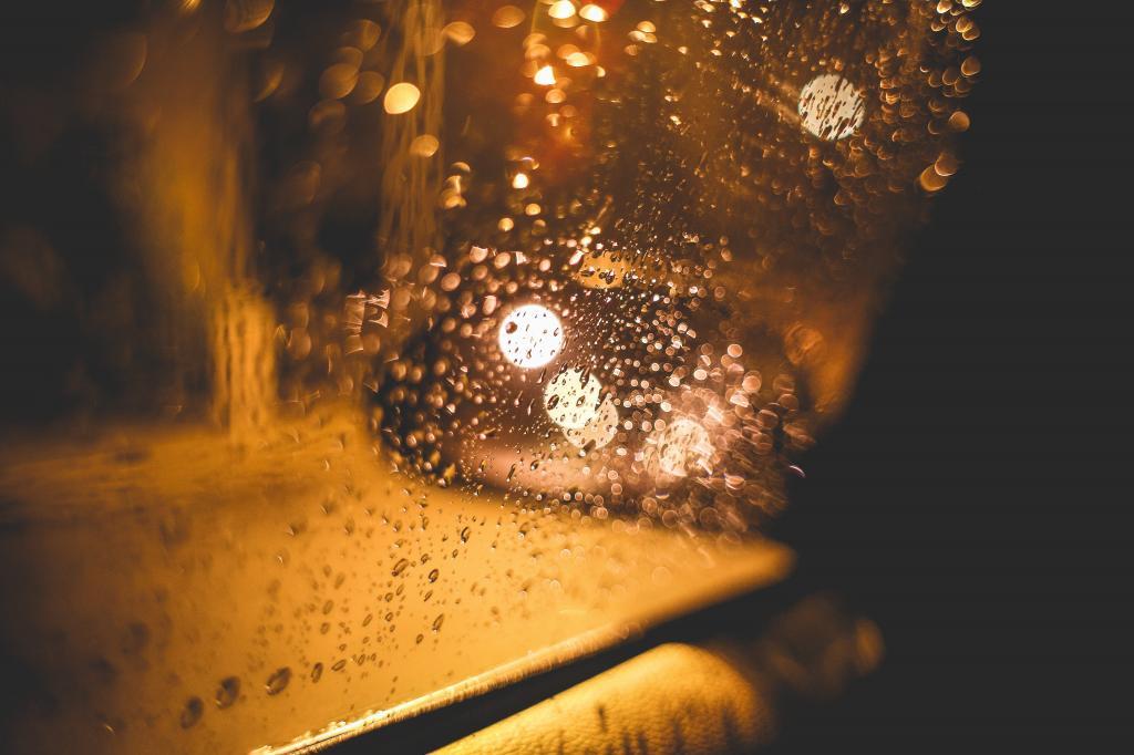雨天的街道在晚上从汽车