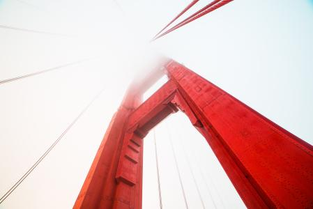 在雾盖的金门大桥的支柱