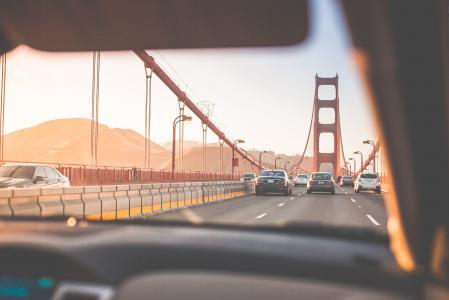 驾驶在日落的金门大桥