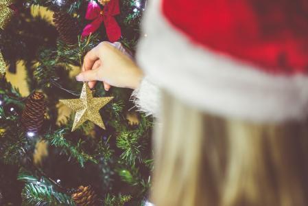 装饰圣诞树的少妇