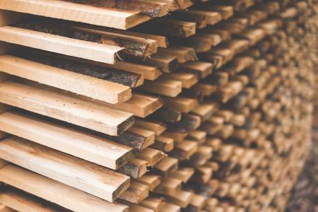 为木材空气干燥堆积的新近地被切开的木头
