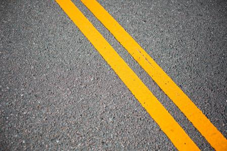 有黄色路线的沥青路面
