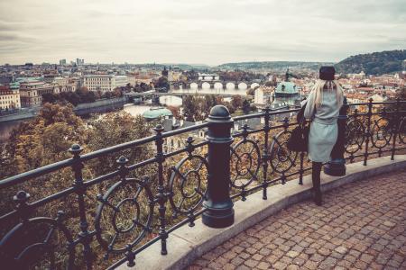看在秋天布拉格的妇女