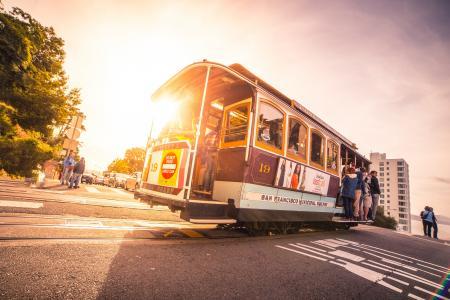 太阳照耀着标志性的旧金山缆车