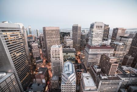 大城市摩天大楼和建筑物在晚上