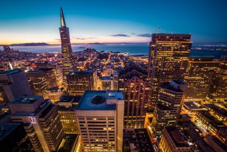 旧金山金融区摩天大楼城市景观在晚上