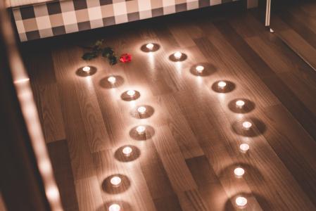 浪漫的蜡烛作为通路在卧室里