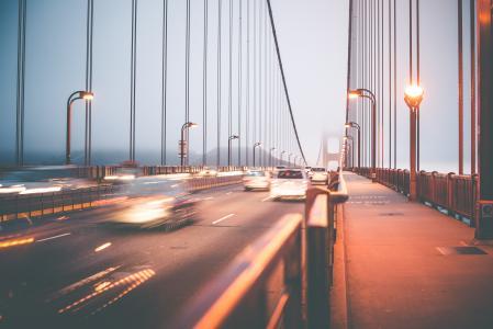 晚上在金门大桥上的交通
