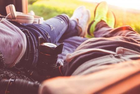 享受浪漫时刻在自然的年轻夫妇