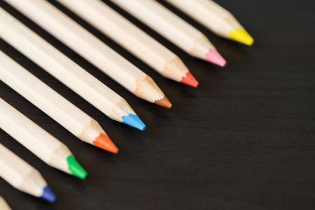 与行的彩色的铅笔与文本的空间