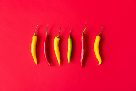 红色,黄色和绿色辣椒