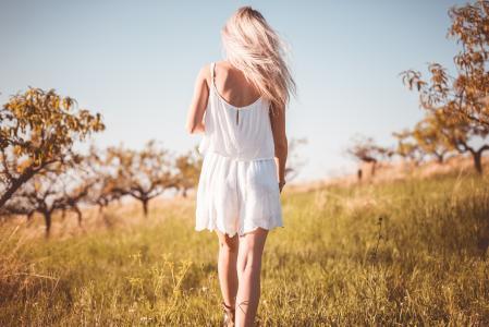 单独享受她的自由的年轻俏丽的女孩