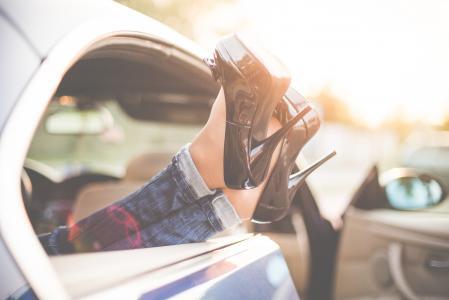 性感的女人腿高跟鞋从车窗外
