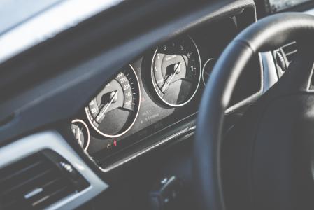 与车速表和转速表的新的现代汽车仪表板