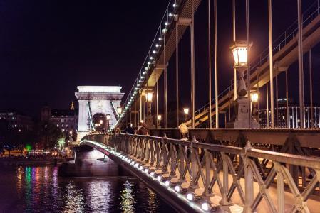 塞切尼链桥在布达佩斯在晚上