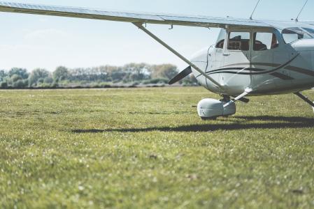 塞斯纳飞机准备在机场