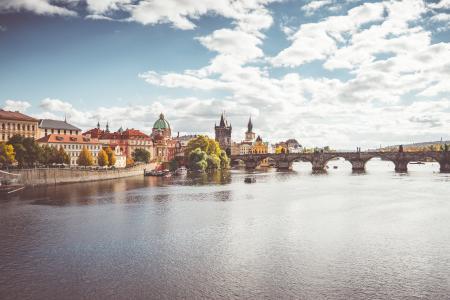 布拉格伏尔塔瓦河河和查理大桥在秋天