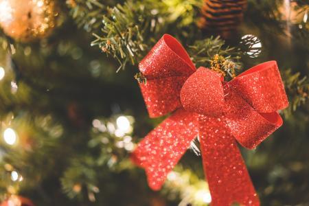 闪闪发光的圣诞树装饰