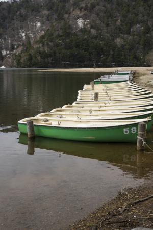 在Yuno湖岸上的船免费照片
