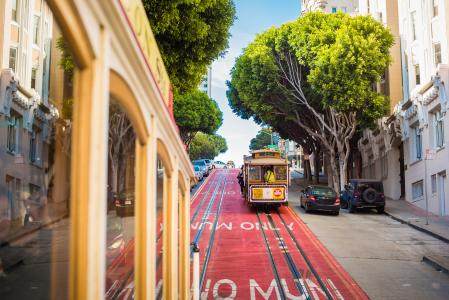 两个标志性的MUNI缆车在旧金山,加利福尼亚州
