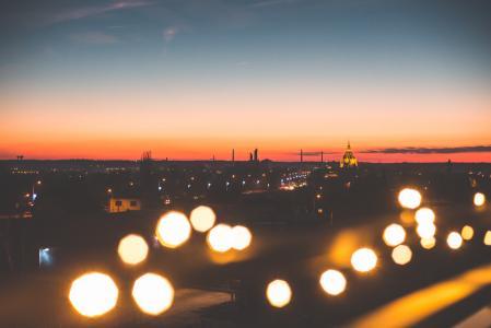 日落景观与散景灯
