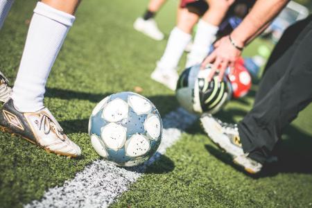 有足球的足球场训练球员