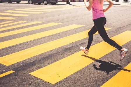 跑在行人交叉路的金发碧眼的女人