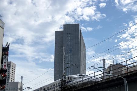 高层建筑和新干线Nozomi(新桥)免费图片