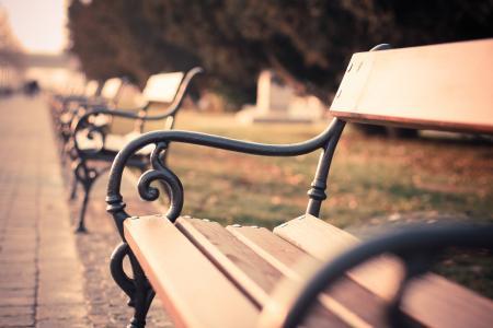 老式旧城的长凳