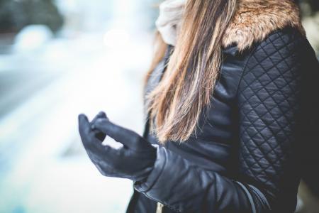 黑色皮夹克的女孩在冬天