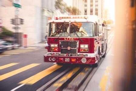 通过城市交通的消防车赛车