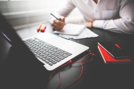 企业家在他的MacBook上工作