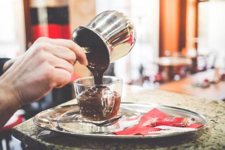 准备最好的热巧克力的咖啡师